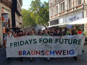 Fridays for Future Braunschweig mit Banner auf Demo