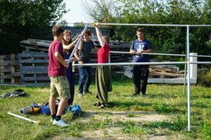 Leute bauen Zelt auf